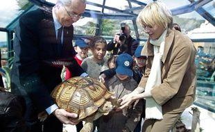 Robert Calcagno, directeur de l'Institut océanographique de Monaco, présente une tortue malienne à la princesse Charlène, lors de l'inauguration de l'Ile aux tortues sur le toit du Musée, le 24 avril 2012.