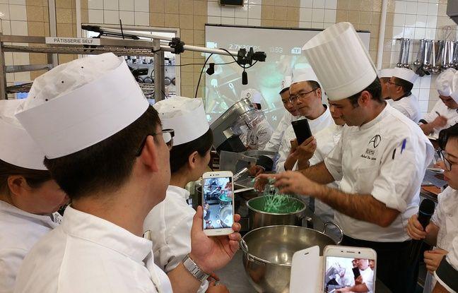 Le chef Michael Dos Santos entouré de ses élèves, tous professeurs de cuisine en Chine.