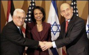 L'Israélien Ehud Olmert et le Palestinien Mahmoud Abbas discutaient lundi à Jérusalem en présence de la secrétaire d'Etat américaine Condoleezza Rice du futur Etat palestinien, mais des désaccords sur le cabinet palestinien d'union risquent d'entraver des progrès.