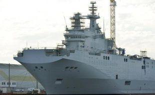 Un des deux navires Mistral dans le port de Saint-Nazaire, le 21 novembre 2014