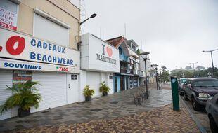 Des boutiques fermées dans une rue déserte durant le confinement en Martinique, à Fort-de-France le 11 août 2021.