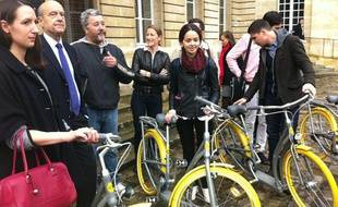 Alain Juppé et Philippe Starck, avec les premiers utilisateurs du Pibal, le 8 novembre à l'hôtel de ville de Bordeaux