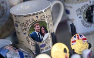 Des objets à l'effigie du Prince Harry et de Meghan dans une boutique de souvenirs à Windsor, le 9 janvier 2020.