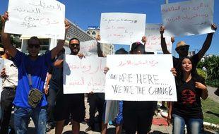Des manifestants à Tunis proclament leur liberté de manger en public pendant le ramadan, ce dimanche 11 juin.