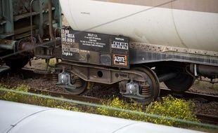 Illustration d'un train transportant des matières dangereuses.