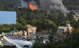 Un incendie ravage les décors d'Universal Studio, au sud de Los Angeles, en Californie, le 1er juin 2008. Au premier plan, une maquette d'avion qui a servi à tourner le film de Steven Spielberg, «La guerre des mondes».