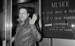 L'humoriste Coluche devant le musée du Grand Orient de France le 27 février 1986