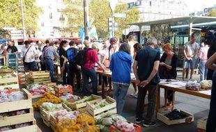 Paris, le 22 août 2018. - Des agriculteurs du Lot-et-Garonne vendent à «des prix raisonnables» leurs fruits et légumes aux Parisiens, place de la Bastille.