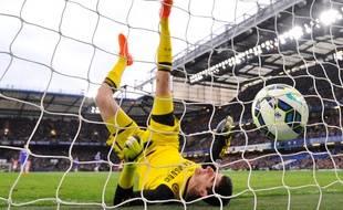 Le gardien de Chelsea Thibaut Courtois encaisse un but de Charlie Adam, joueur de Stoke, le 4 avril 2015, à Londres.