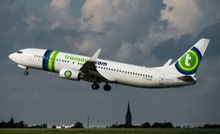 An A320 Airbus plane of the Transavia company takes off, on October 11, 2014 at the Lille-Lesquin airport.       AFP PHOTO PHILIPPE HUGUEN