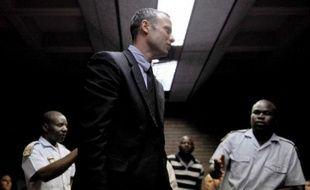 """L'athlète paralympique sud-africain Oscar Pistorius réfute """"dans les termes les plus vifs"""" l'accusation de meurtre de sa petite amie Reeva Steenkamp dont il a été formellement inculpé vendredi, ont indiqué sa famille et son agent dans un communiqué."""