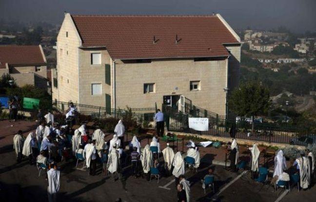 Des dizaines de résidents du quartier d'Oulpana dans la colonie de Beit El, en Cisjordanie, ont commencé mercredi à évacuer dans le calme leurs logements, à la suite d'une décision de justice ordonnant la destruction de ces habitations illégales.