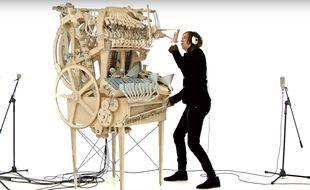 Le musicien suédois a utilisé près de 2000 billes pour réaliser sa machine.