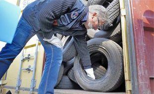 Par sécurité, des spécialistes des risques chimiques et un chien détecteur d'explosif ont inspecté les conteneurs.Deux conteneurs transportant des pièces auto et des pneus usagés non revalorisés ont été découverts, hier.