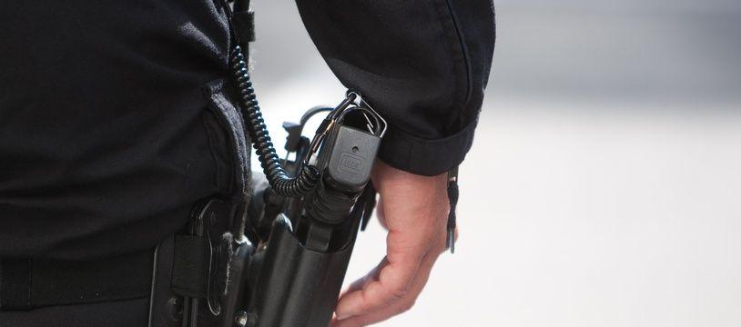 Arme d'un policier. (Illustration)