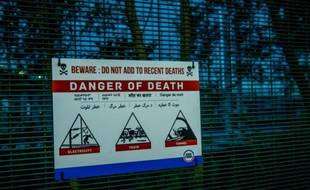 """Une pancarte avertissant: """"Attention: danger de morts"""" sur le site d'Eurotunnel à Coquelles près de Calais, le 31 juillet 2015"""