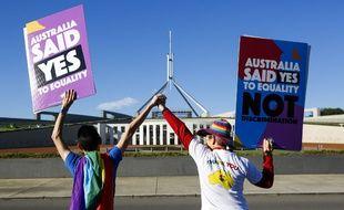 Deux personnes manifestent pour l'ouverture du mariage aux couples de même sexe le 7 décembre 2017 en Australie. (image d'illustration)