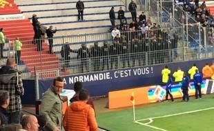 Les CRS juste devant les ultras nantais avant la pause en avril 2017 à aen.