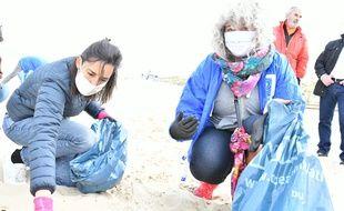 Brune Poirson, la secrétaire d'État auprès de la ministre de la Transition écologique, a participé le dimanche 7 juin 2020 à une collecte des déchets sur une plage du CapFerret.