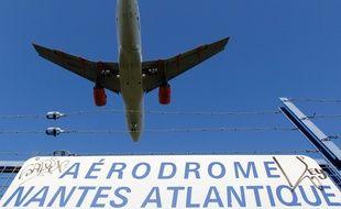 Un avion se pose sur l'aéroport Nantes-Atlantique en survolant la commune de Saint-Aignan-de-Grandlieu