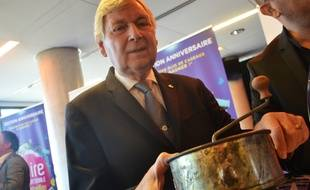 Gérard Dorey, le président du concours Lépine et le presse-purée, popularisé par l'institution.