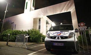 L'homme qui a percuté les barrières protégeant la mosquée de Créteil, le 29 juin 2017, a été arrêté.