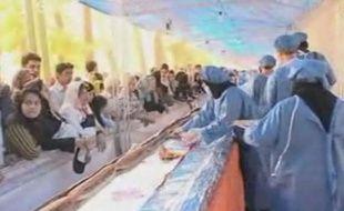 Le plus long sandwich du monde... avant qu'il ne disparaisse ingurgité par la foule.