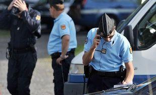 Des gendarmes participent à la recherche du corps de Fiona, le 27 septembre 2013.