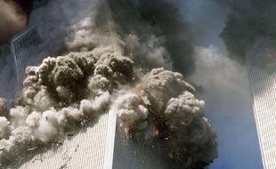 La tour sud du World Trade Center de New York, à gauche, commence à s'effondre, le 11 septembre 2001.
