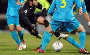 Lyon n'a pas gagné le match à ne pas perdre face au Barça. Même dans sa période trouble et ses problèmes internes à répétition, le Barça reste redoutable. Bousculé par une formation pourtant amputée de Ronaldinho en début de match, laissé sur le banc par Rijkaard, Lyon a souffert mais a su revenir après avoir été mené deux fois grâce à un doublé de Juninho (coup franc et penalty).