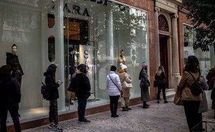 Des Athéniens font la queue pour pouvoir entrer dans un magasin, le 18 janvier 2021.