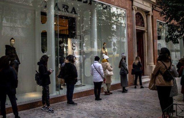 648x415 atheniens font queue pouvoir entrer magasin 18 janvier 2021