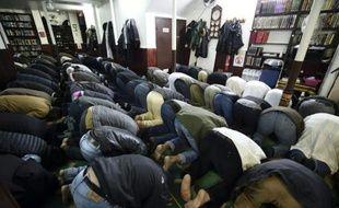 Des fidèles musulmans prient à la mosquée Ali à Paris le 23 janvier 2015