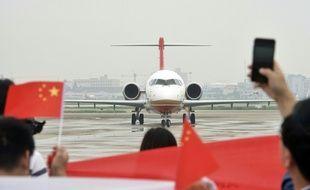 Le premier avion régional chinois ARJ21-700 acclamé à son arrivée à l'aéroport de Shanghai à l'issue de son vol inaugural, le 28 juin 2016