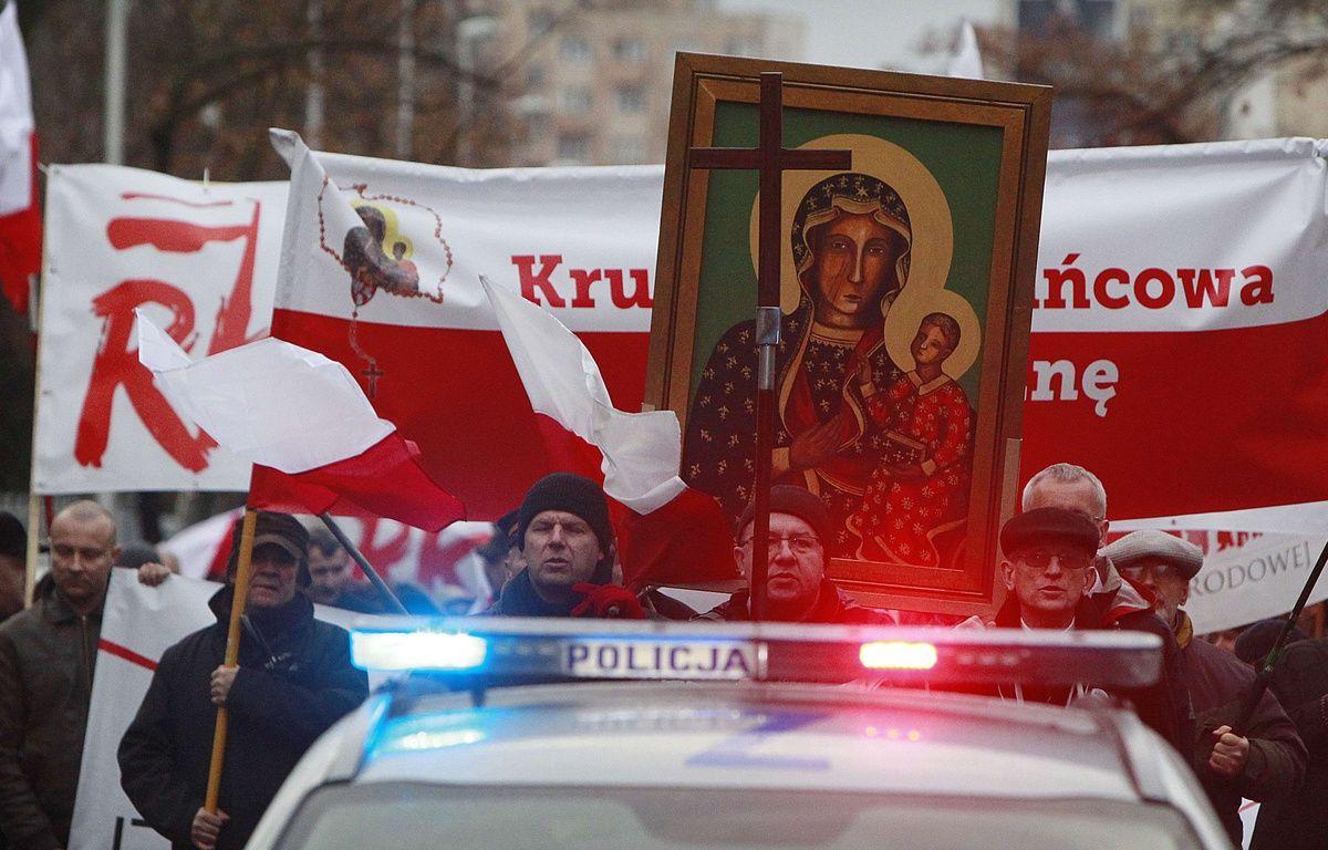 Les marcheurs ont suivi l'exorciste jusque devant le siège du journal, ce dimanche. – Czarek Sokolowski/AP/SIPA