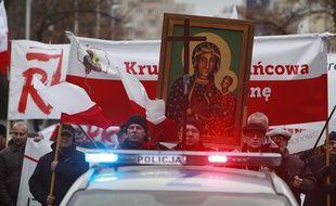 Les marcheurs ont suivi l'exorciste jusque devant le siège du journal, ce dimanche.