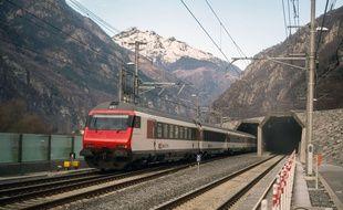 Un train de voyageurs entre dans le portail sud du tunnel ferroviaire du Gotthard entre Erstfeld et Pollegio, à Pollegio, en Suisse, le dimanche 11 décembre 2016...
