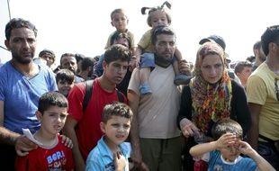Des réfugiés attendent de traverser la frontière entre la Grèce et la Macédoine. (Illustration)