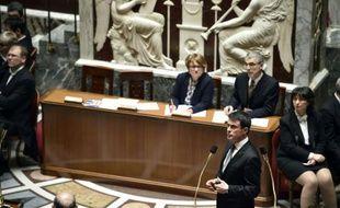 Le Premier ministre Manuel Valls au micro lors des questions au gouvernement à l'Assemblée nationale, le 22 mars 2016 à Paris