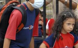 Un écolier équatorien porte un masque, alors que l'Equateur a connu son premier cas de grippe porcine, le 15 mai 2009.