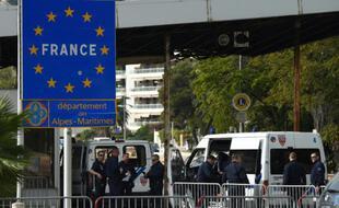 Des policiers postés à la frontière entre la France et l'Italie à Menton en 2015 (Illustration)