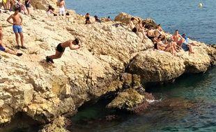 Un adolescent plonge dans la mer, ici à Malmousque, à Marseille (photo d'illustration).