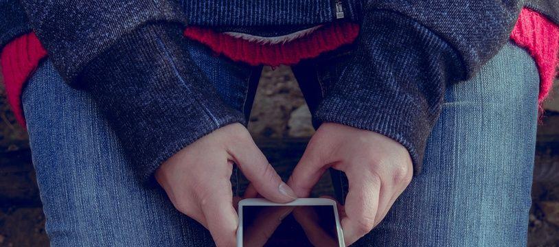 Envoi d'un SMS. Illustration.
