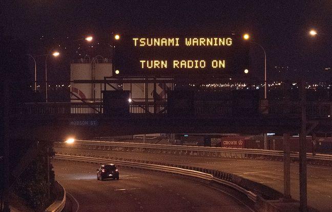 Le 13 novembre 2016, un message d'alerte au tsunami sur un écran surplombant une autoroute, à Wellington, en Nouvelle-Zélande.