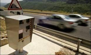 Un chirurgien plasticien isérois, arrêté alors qu'il avait entrepris de démonter un radar, à Eybens près de Grenoble en décembre 2006, a été condamné mercredi à 1.000 euros d'amende par le tribunal correctionnel.