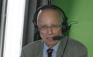 Thierry Roland au micro lors d'un match de l'OM