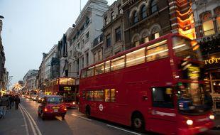 Un bus à deux étages dans une rue de Londres.