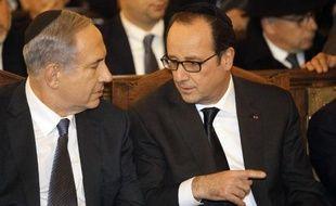 Benjamin Netanyahu (g) et François Hollande participent le 11 janvier 2015 à la Grande synagogue de Paris à l'hommage aux victimes des attentats qui ont fait 17 victimes en France