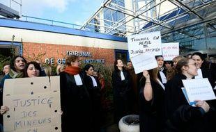 Des magistrats et des fonctionnaires du barreau de Bobigny manifestent devant le tribunal le 15 février 2016 pour alerter contre le manque de moyens de leurs profession