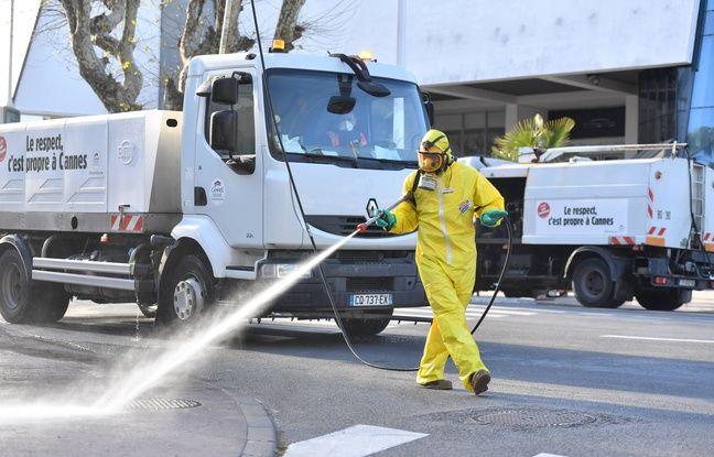 Une opération de désinfection devant le palais des festivals de Cannes, le 26 mars 2020, pendant l'épidémie du nouveau coronavirus